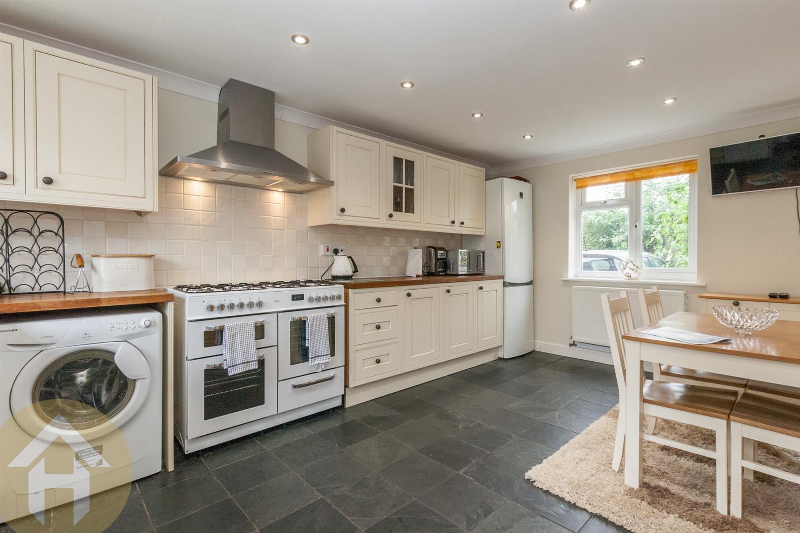 3 Bedrooms Property for sale in Church Lane, Lyneham